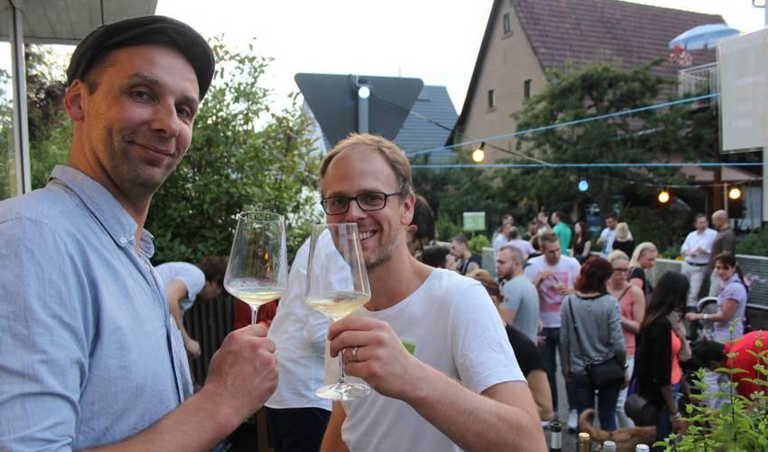 Gekühlter Wein locken jedes Jahr viele. KLEINformART lud dazu ein.