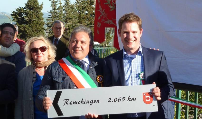 Den Gemeinsamen Austausch auch in Zukunft aufrecht erhalten wollen die beiden Bürgermeister Santino Sabella (San Biagio Platani, links) und Luca Wilhelm Prayon (Remchingen). Foto: Zachmann