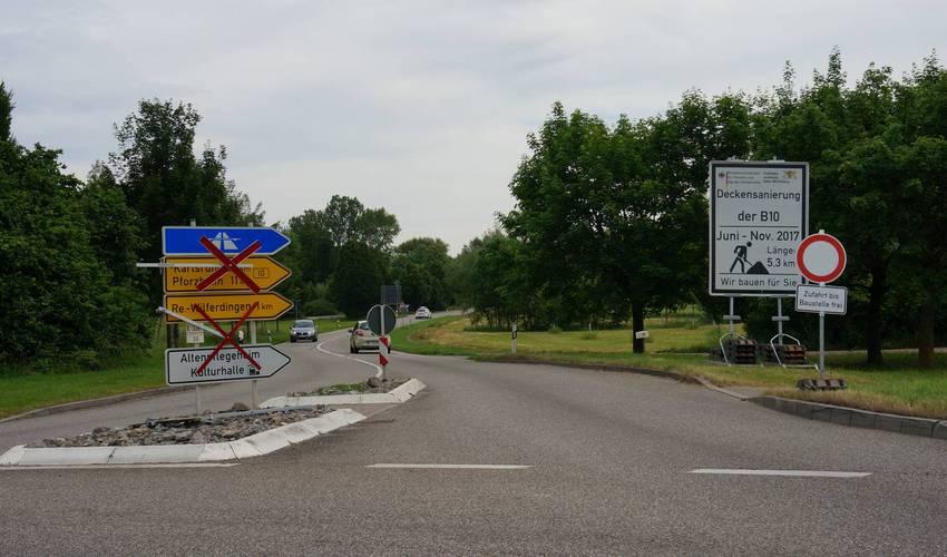 """Wilferdingen - Kreisel am Niemandsberg. L339 Richtung Pforzheim gesperrt, an die B10 in Wilferdingen geht es über innerörtliche Streckenführung. """"Frei bis Baustelle"""" reizt einige zum Ausprobieren, wie weit man kommt."""