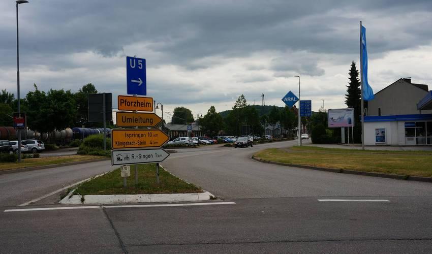 Kreisel in Wilferdingen - hier geht es über Königsbach nach Pforzheim.