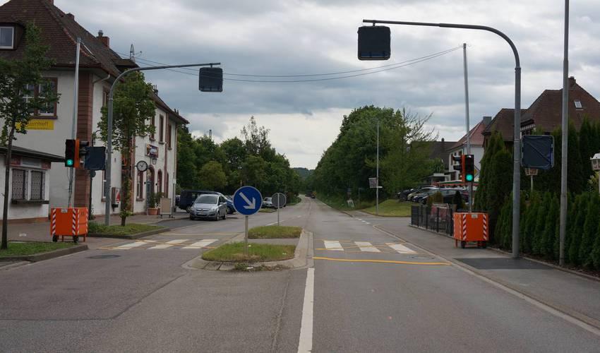 Bahnhof Wilferdingen - Ampel statt Zebrastreifen. Und viel freie Straße nach Königsbach.
