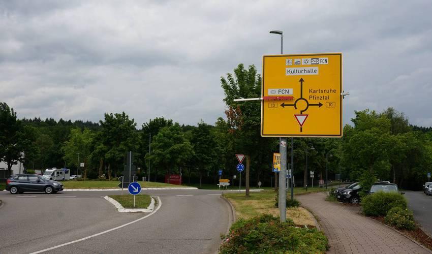 B10 Kreisel in Wilferdingen - wer nach Pforzheim will, sollte hier drehen und über Königsbach fahren. Nach Nöttingen und Darmsbach geht es über innerörtliche Umleitungen in Wilferdingen.