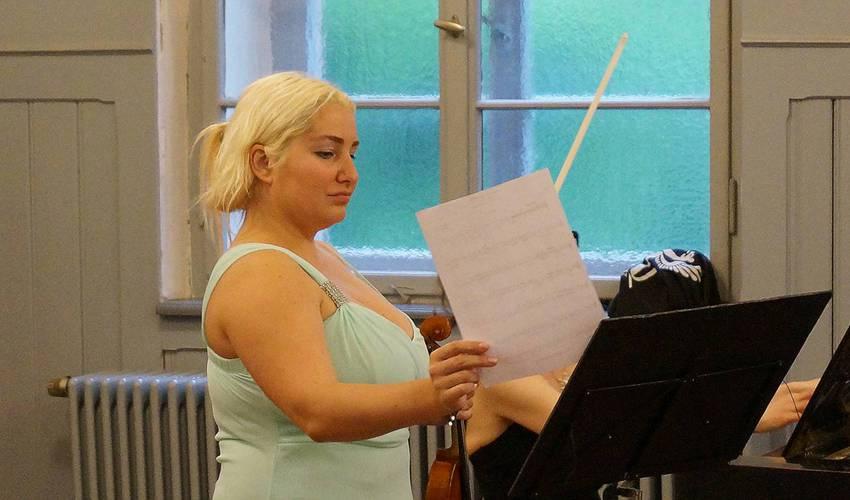 Katja Schott - sie stellte gerne sich oder ihren Notenständer vor die Pianistin.