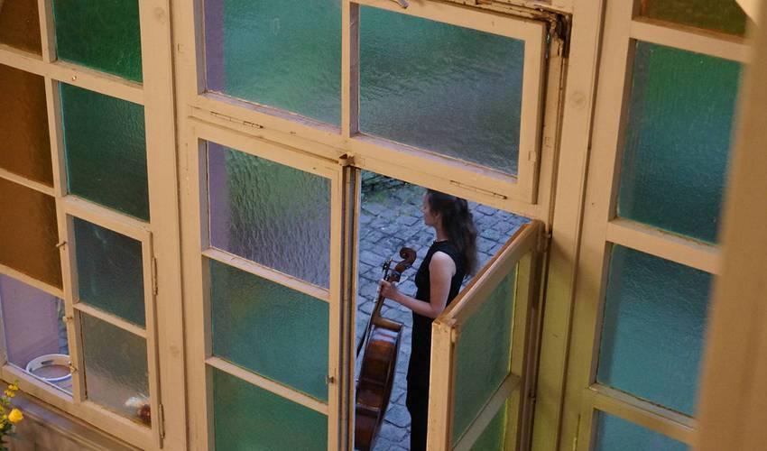 Cellistin Romy Nagy auf dem Weg zu ihrem ersten Einsatz nach der Pause.