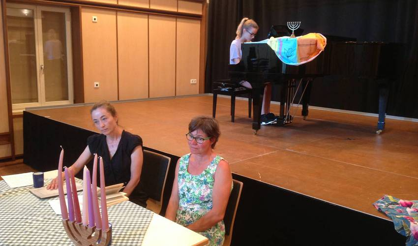 Zwischen den einzelnen Abschnitte spielten Eliana Hebborn und Melina Demezzi passende Stücke auf dem Klavier (Foto: Barbara Casper)