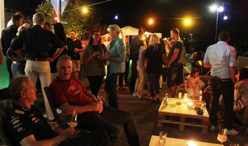 Jedes Jahr ist die Buchwaldstraße bei KLEINformART gesperrt. Die Lounge lädt zum gemütliches Verweilen in der Cocktail/Weinbar ein.