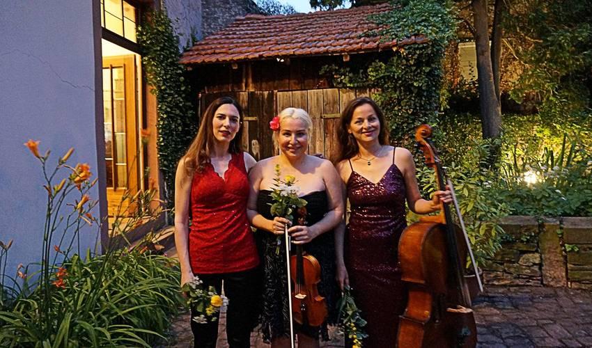 Isabel Engelmann (Klavier), Katja Schott (Violine) und Romy Nagy (Cello) nach ihrem Auftritt (vlnr).